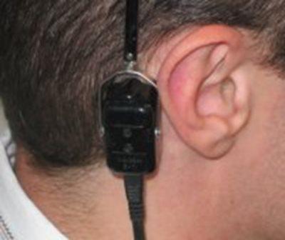 Рисунок 5. Расположение костного телефона за ушной раковиной на сосцевидном отростке височной кости при измерении порогов слышимости костно проведенных звуков.