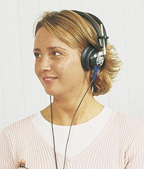 Рисунок 4. Измерение порогов слышимости воздушно проведенных звуков с помощью головных телефонов.