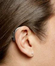 Рисунок 6. Классический заушный слуховой аппарат с выносным телефоном (в ухе).